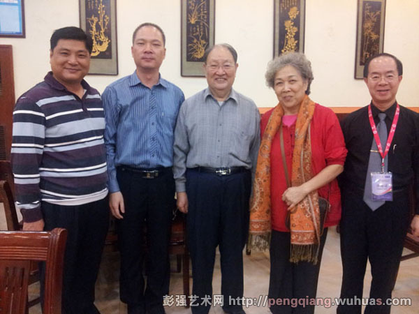 担任八省山歌赛评委时与著名客家学者胡希张合影